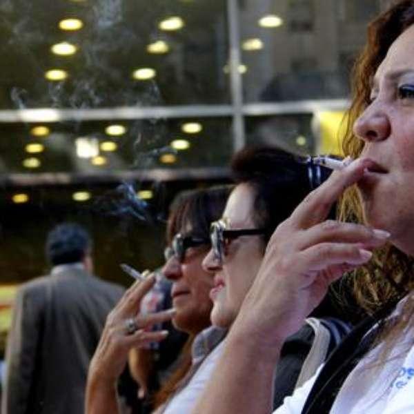 Fotos de adolescentes usando tabaco sin humo