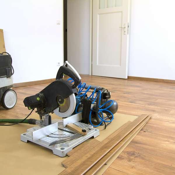 Paso a paso c mo instalar pisos laminados s per f cil - Como colocar piso flotante paso a paso ...