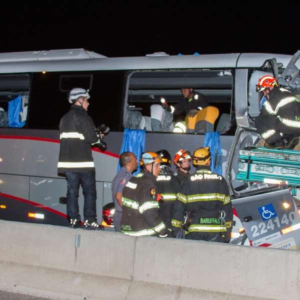 Batida entre ônibus e caminhão mata 2 pessoas na Fernão Dias - Terra Brasil