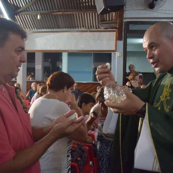 Padre excomungado reúne cerca de 500 em 1ª missa alternativa - Terra Brasil