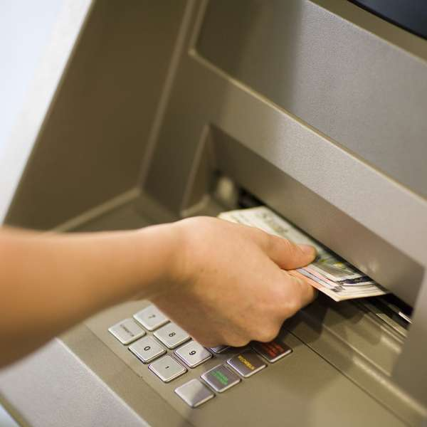 Los bancos comienzan a cobrar comisi n por sacar dinero for Cuanto dinero se puede sacar del cajero