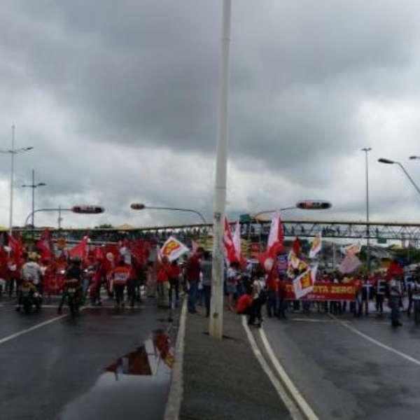 Integrantes de movimentos sociais e centrais sindicais participaram na manhã desta segunda-feira (29), em Salvador, de manifestação contra o i