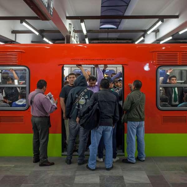 Hombre de la tercera edad muere en escaleras del metro for Escaleras 15 metros