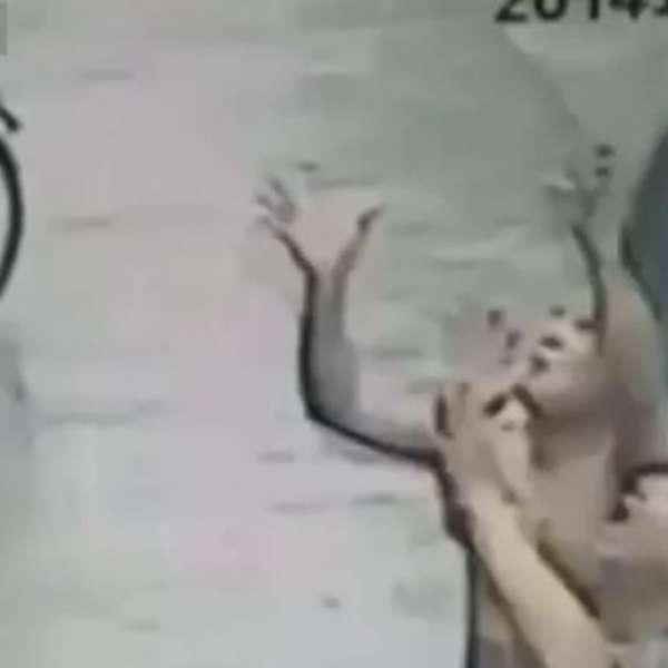 Homem salva bebê que cai de prédio