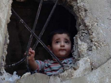 Ali, de apenas um ano, está abrigado junto com outros 16 familiares em um edifício abandonado no Líbano, onde foram parar fugindo da Síria Foto: Divulgação