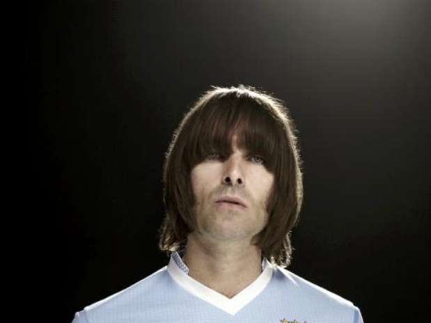 http://p2.trrsf.com/image/fget/cf/67/51/images.terra.com/2012/03/12/liam-gallagher-man-city-home-shirt120120312061510.jpg
