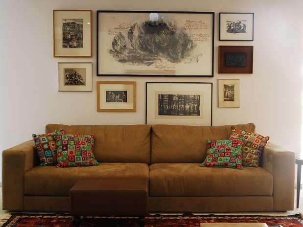 Nessa sala, a composição assimétrica criada pelo arquiteto Gustavo