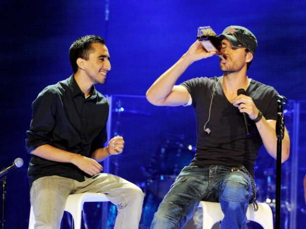 http://p2.trrsf.com/image/fget/cf/67/51/images.terra.com/2012/08/17/enriqueiglesiasstaples06.jpg