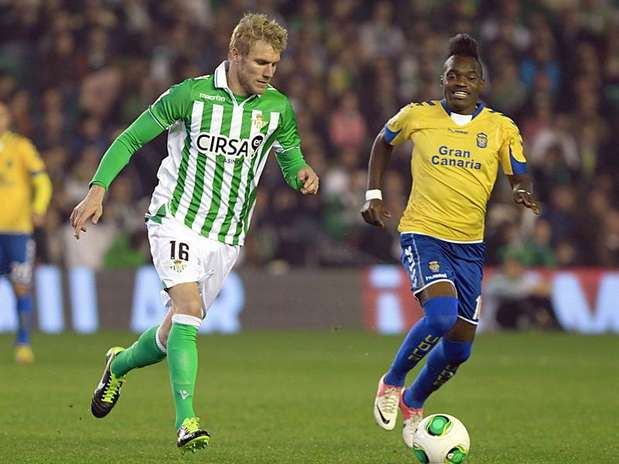 Perquis presiona al delanterode Las Palmas Thievy. Foto: EFE en español