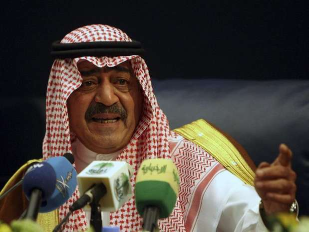 Saudi's then intelligence chief Prince Muqrin bin Abdul-Aziz, brother of Saudi's King Abdullah, gestures during a news conference in Riyadh November 24, 2007. Foto:  Ali Jarekji / Reuters