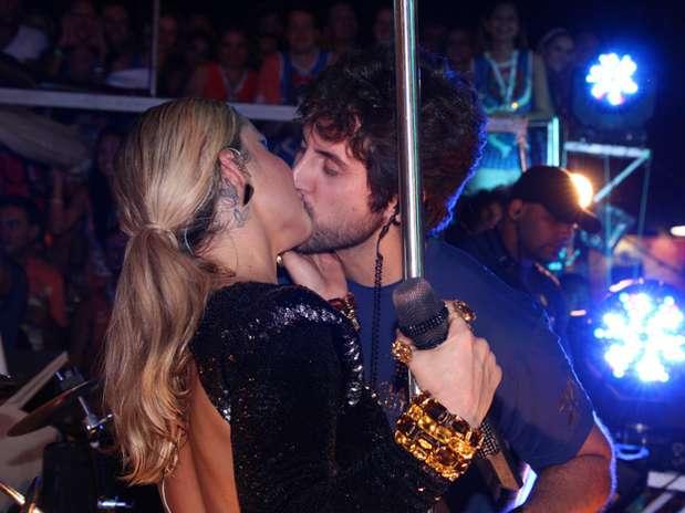 http://p2.trrsf.com/image/fget/cf/67/51/images.terra.com/2013/02/12/salvadorclaudialeittebeijamaridodiv.jpg