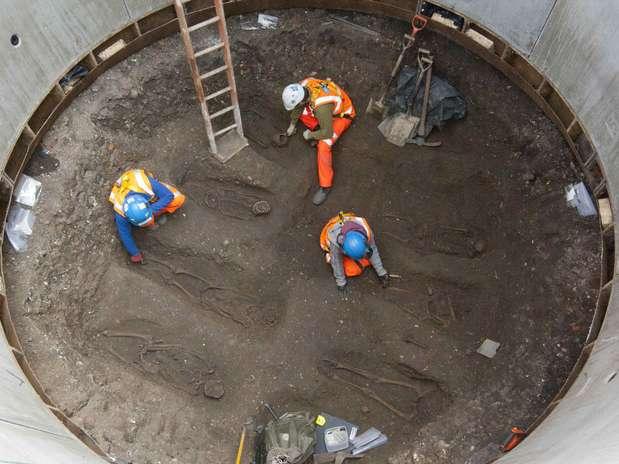 Treze esqueletos dispostos em duas fileiras foram encontrados na região central de Londres Foto: Reuters