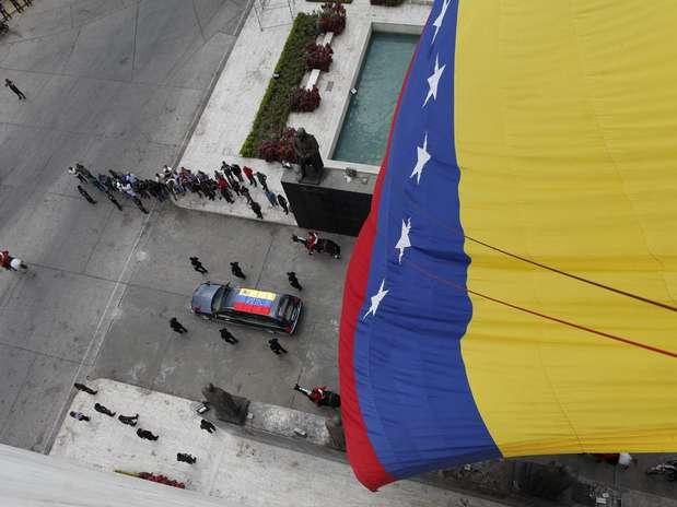 http://p2.trrsf.com/image/fget/cf/67/51/images.terra.com/2013/03/15/venezuelafuneralchavezcortejo02efe.jpg