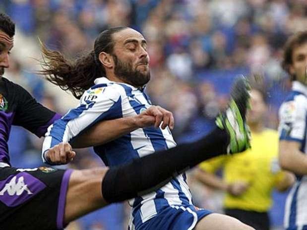 Rueda despeja el balón ante el jugador del Espanyol, Sergio García  Foto: EFE en español