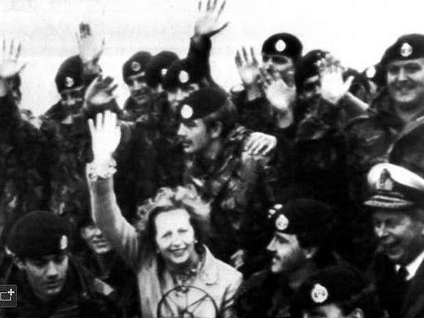 Margaret Thatcher, mientras visitaba a las tropas inglesas en las islas Malvinas en 1983. Foto: AP