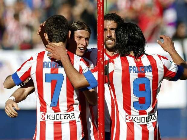 Adrián (7) y Radamel Falcao (9) podrían formar la delantera del Atlético en el derbi ante el Real Madrid Foto: EFE en español