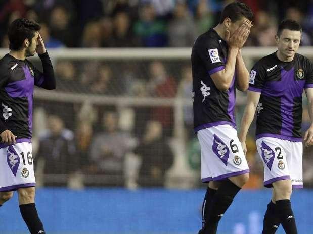 Los jugadores se retiran desolados del césped de Mestalla Foto: EFE en español