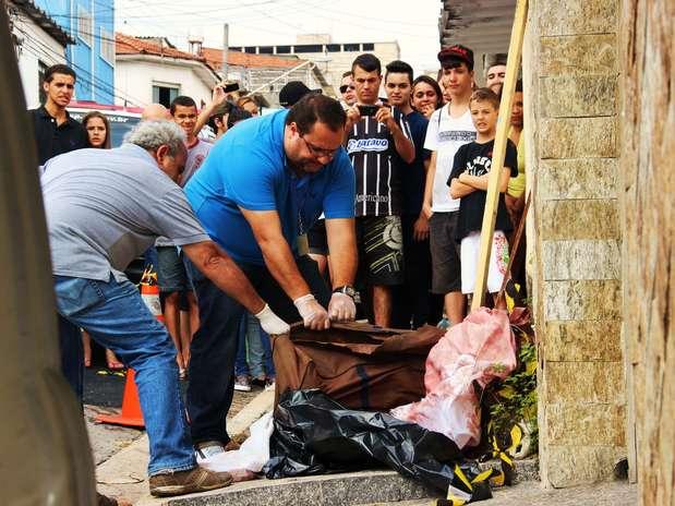 Corpo de uma mulher foi encontrado dentro de uma bolsa, na rua Leonel Furtado, no Limão, zona norte de São Paulo. Ela apresentava ferimentos no rosto e barriga, segundo policiais Foto: Nivaldo Lima / Futura Press