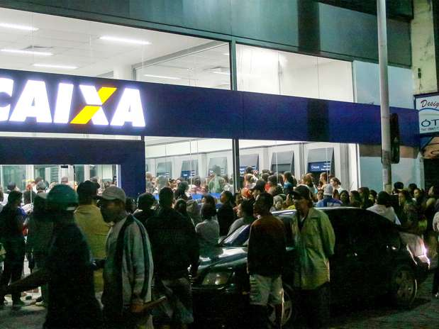 Em Nova Iguaçu (RJ), os beneficiários também se deslocaram ao banco Foto: Sérgio Ramoz / Futura Press