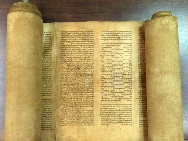 Pergaminho de pele de cordeiro pode ser o exemplar mais antigo da Torá conhecido Foto: AFP
