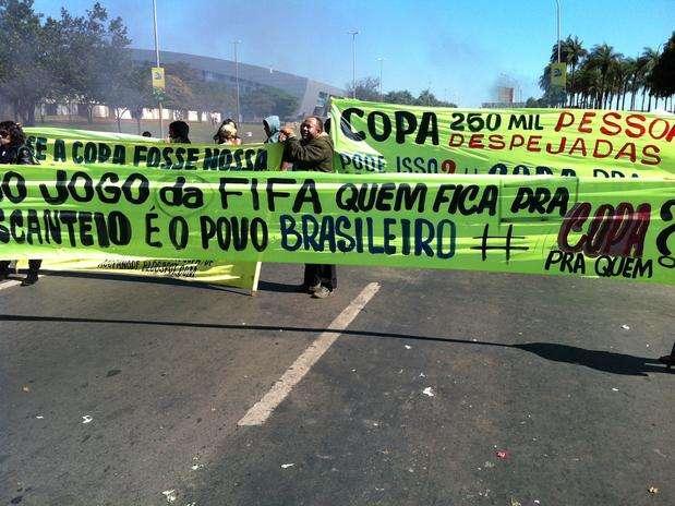 """""""Copa: 250 mil desahuciados"""", dice el cartel de una manifestante en Brasilia Foto: Ricardo Matsukawa / Terra"""