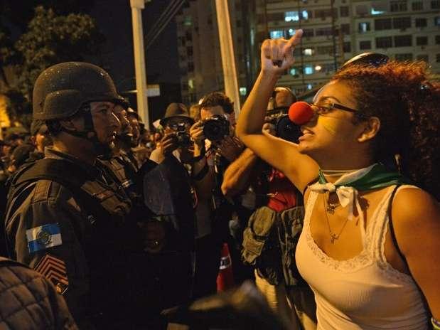 Cena nas portas do Maracanã no dia 30 de junho de 2013; enquanto Brasil vencia a Espanha na final da Copa das Confederações, arredores do estádio tinha confronto entre manifestantes e policiais Foto: AFP
