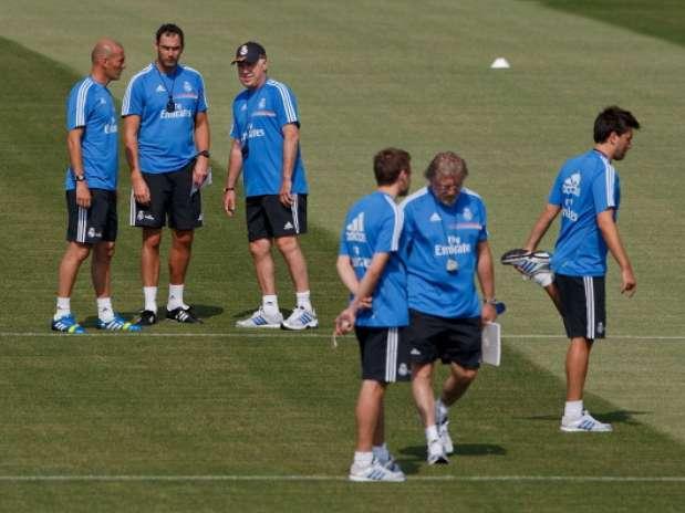 Zidane, Clement, Ancelotti y, delante de ellos, Davide Ancelotti (derecha), Giovanni Mauri y su hijo Francesco  Foto: Getty Images