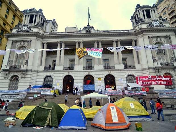 Manifestantes também ocupam a frente da Câmara Municipal. Eles estão acampados em frente ao prédio e demonstram apoio ao grupo que está ocupando a Casa Foto: Marcello Dias / Futura Press