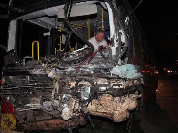 Mortes Em Suzano: SP: Acidente Entre Kombi E ônibus Deixa Dois Mortos Em Suzano