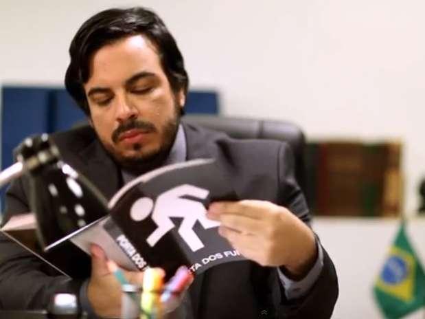 Com o nome de DEPUTADO, o programa mostra uma reunião entre um político e seus assessores em busca de novas polêmicas Foto: Reprodução