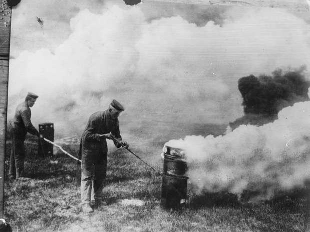 http://p2.trrsf.com/image/fget/cf/67/51/images.terra.com/2013/09/19/01-ataque-gas-primeira-guerra-mundial-1915-getty.jpg