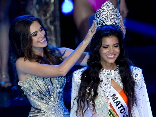 Gabriela Markus, a Miss Brasil 2012, passou a coroa para sua sucessora, Jakelyne Oliveira, representante do Mato Grosso Foto: Bruno Santos / Terra