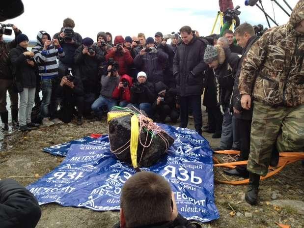 Meteorito na Rússia: quando a pedra foi colocada na balança e o peso atingiu 570 quilos, a própria balança quebrou Foto: BBCBrasil.com