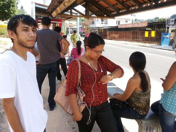 A professora Karina Serrão, de 25 anos, estava há 40 minutos esperando o ônibus da linha 416  Foto: Márcio Azevedo / Especial para Terra