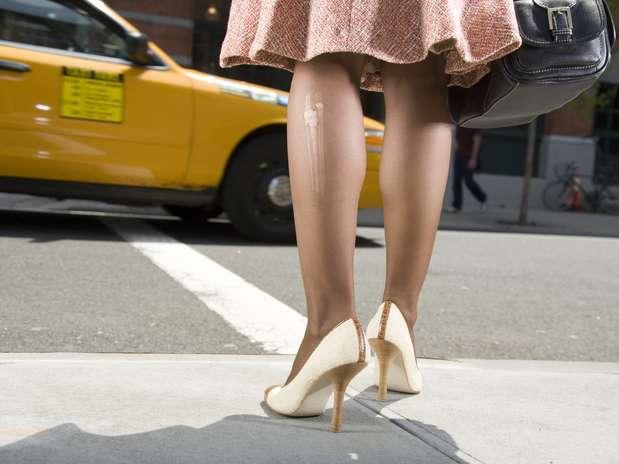 Correr de salto alto pode afetar joelhos e causar joanete