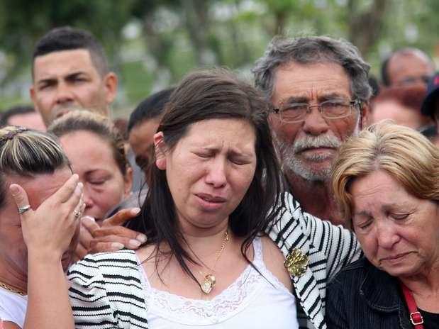 Viúva de PM morto em tiroteio chora durante sepultamento no Rio Foto: Celso Barbosa / Futura Press