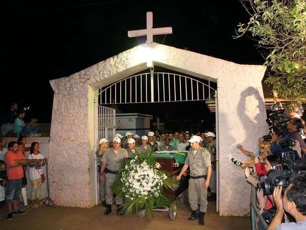 Exumação demorou mais que o previsto; urna com os restos mortais de Jango segue agora para Brasília Foto: Luiz Roese / Especial para Terra