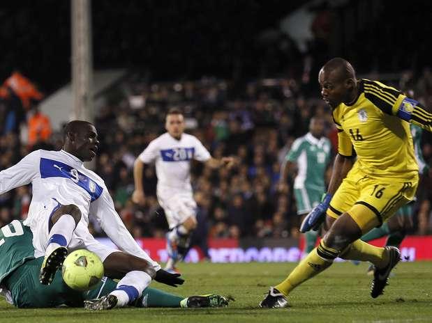 Balotelli encara a defesa da Nigéria em amistoso disputado em Londres Foto: Reuters
