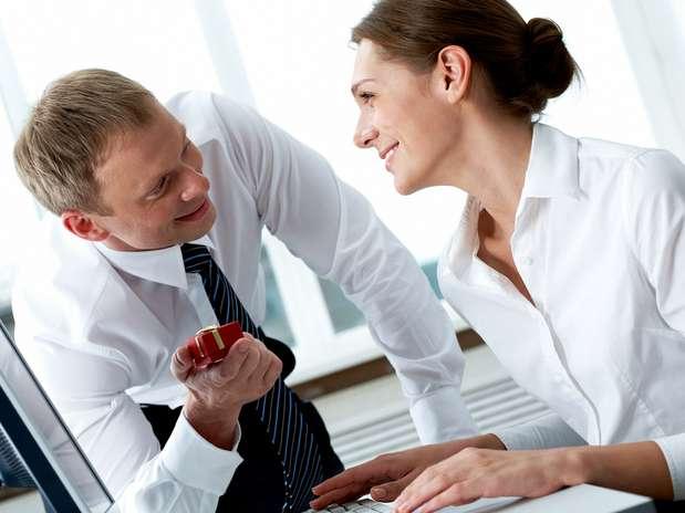 Что подарить девушке коллеге