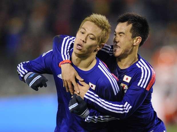 Honda (esq.) marcou um dos gols do Japão Foto: AFP