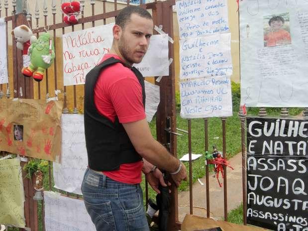 Padrasto de Joaquim se depara com cartazes com mensagens de repúdio ao crime, afixados no portão de sua residência Foto: Alfredo Risk / Futura Press