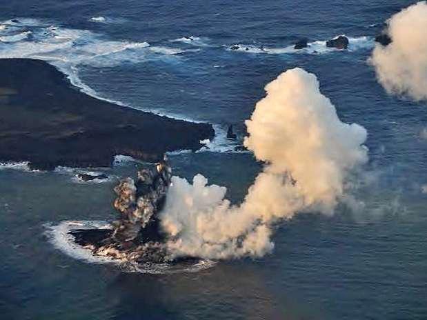 Pela primeira vez em 40 anos, atividade vulcânica formou uma ilha ao sul de Tóquio Foto: AFP