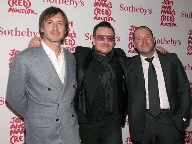 Os designers Marc Newson (E) e Jony Ive (D) participam do leilão organizado pela Sotheby's ao lado de Bono Vox Foto: AP