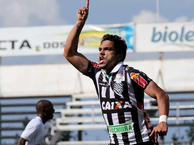 Éverton Santos comemora gol em jogo que garantiu o acesso ao Figueirense Foto: Luís Moura / Gazeta Press