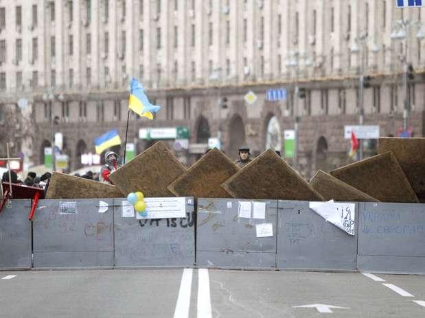Manifestantes montaram barricada na principal avenida de Kiev Foto: Reuters