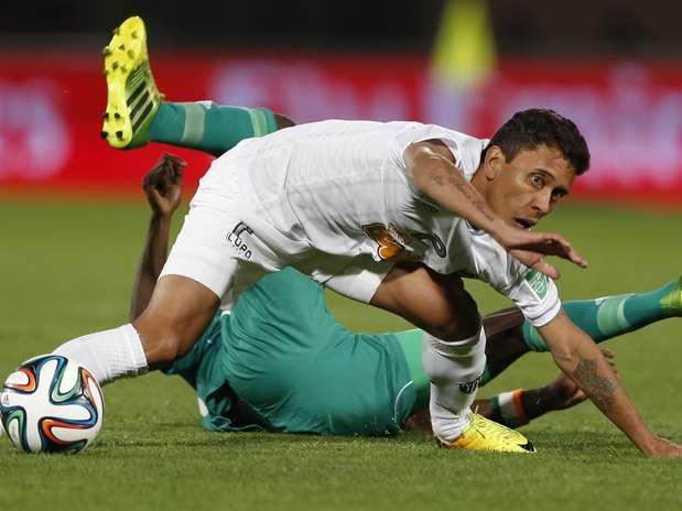 Marcos Rocha disputa bola com jogador do Raja Casablanca; lateral disparou contra Cuca ao ser substituído Foto: AP