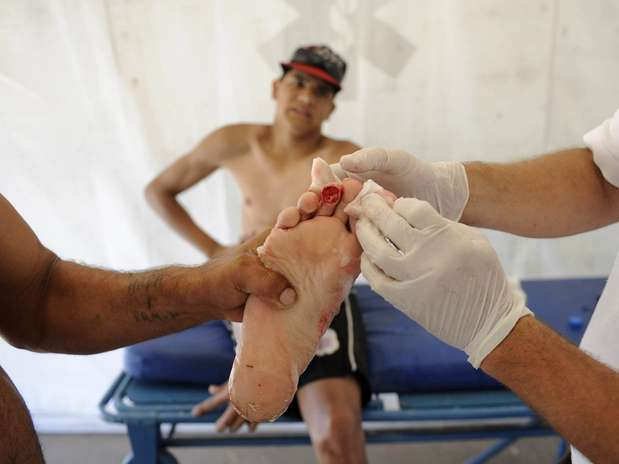 Homem ferido durante ataque de piranhas no rio Paraná recebe tratamento médico Foto: AP