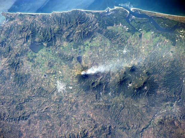 http://p2.trrsf.com/image/fget/cf/67/51/images.terra.com/2013/12/30/astronauta-vulcao-terra-espaco-div.jpg