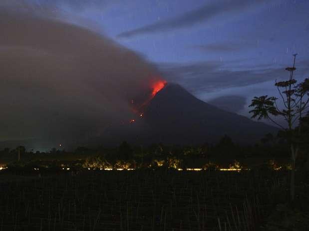 Sinabung, situado no norte da ilha de Sumatra, entrou em erupção em meados de setembro Foto: EFE