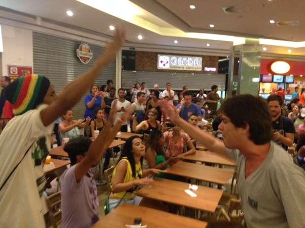 http://p2.trrsf.com/image/fget/cf/67/51/images.terra.com/2014/01/18/1-rolezinho-protesto-shopping-niteroi-rj-andre-naddeo.JPG